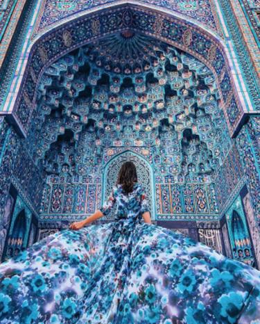 Esta cuenta de Instagram captura la belleza de la moda en paisajes de todo el mundo