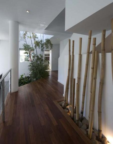 Una entrada decorada con bambúes y piedras.