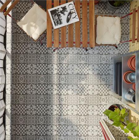 Estos son los nuevos suelos de Ikea de exterior con los que renovar el suelo de terraza o balcón (e incluyen un acabado de baldosa hidráulica)
