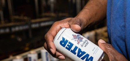 Una cervecera detiene su producción para enlatar agua destinada a las víctimas del huracán Harvey