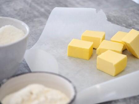 Cómo diferenciar entre mantequilla y margarina, de que están hechas cada una y cuál es más saludable