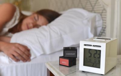 Este despertador genera olor a buen café y croissants (o a dólares) para ponerte en pie cada mañana