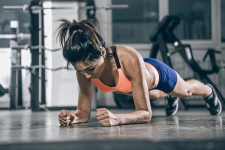 Abdominales a punto entrenando en casa: una rutina que puedes hacer en 20 minutos y sin material