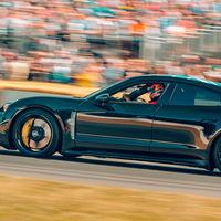 El Porsche Taycan se deja ver también en Goodwood, casi al desnudo y pilotado por Mark Webber