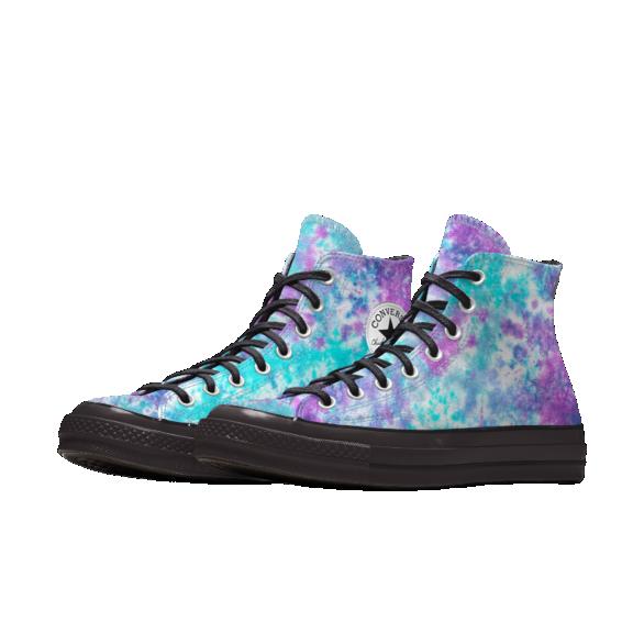 Zapatillas con tie-dye galáctico y suela negra en contraste