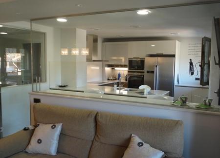 Antes y despu s ganando espacio y luz natural for Separacion entre cocina y comedor
