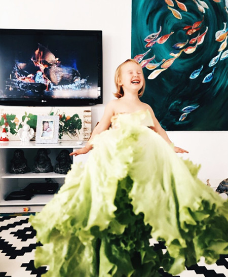 TrendINFood: Artista viste a su hija con frutas y verduras