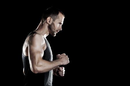 entrenando en ayunas para marcar músculo con pesas y cardio
