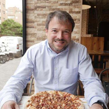 """Pizzería Carlos, el negocio de un exTelepizza que conquista el extrarradio: """"Queríamos traer de vuelta la pizza de los 90"""""""