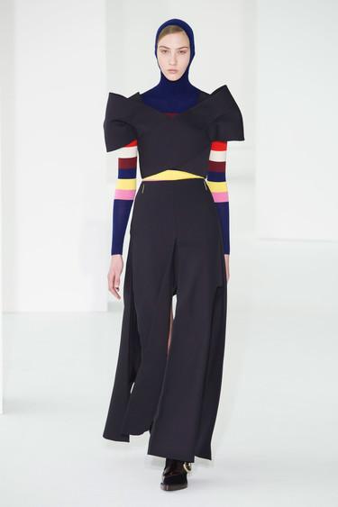 DELPOZO vuelve a presentar prendas donde los volúmenes acaparan todo el protagonismo con su colección Otoño-Invierno 2017/2018