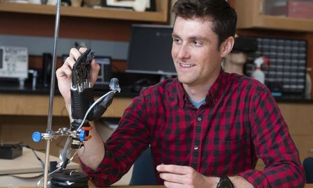 Estos científicos han fabricado una prótesis capaz de sentir dolor y, aunque sueñe extraño, sus pacientes están encantados