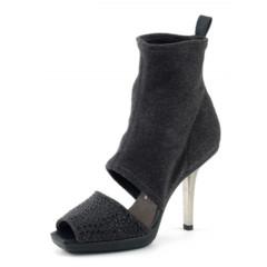 Foto 10 de 13 de la galería los-mejores-complementos-de-la-cibeles-madrid-fashion-week-otono-invierno-20112012 en Trendencias