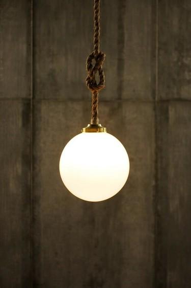 Cuerda anudada y una esfera, la sencillez de la lámpara The Broadway