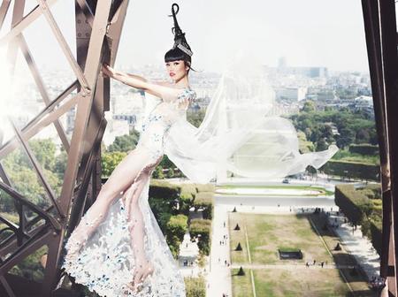 La productora Jessica Minh Anh hace que sus modelos trepen por la Tour Eiffel para presentar sus nuevas propuestas