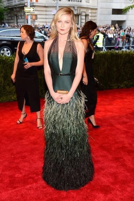 Kirsten Dunst eligió lucir melena suelta en la Gala del MET 2013