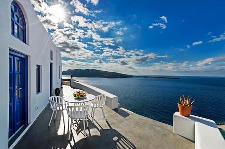 ¿Te gusta seguir las tendencias hasta en vacaciones? Descubre estas casas de Airbnb en las que el Classic Blue es el protagonista