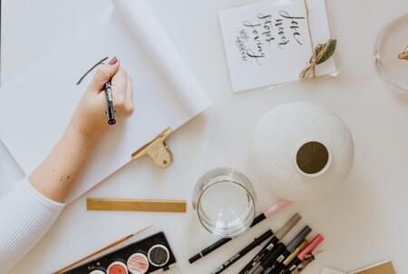 Los mejores cursos de caligrafía y lettering de Domestika son una buena idea para desconectar en vacaciones y relajarte