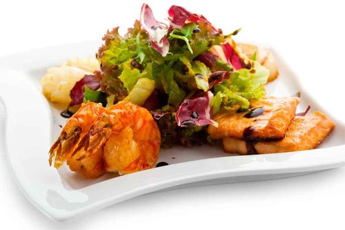 Cenas proteicas rápidas y fáciles: ensalada templada de salmón y langostinos (XVI)