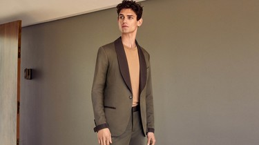 Así se lleva el traje este verano en la nueva campaña de Mango: informal y en tonos tierra