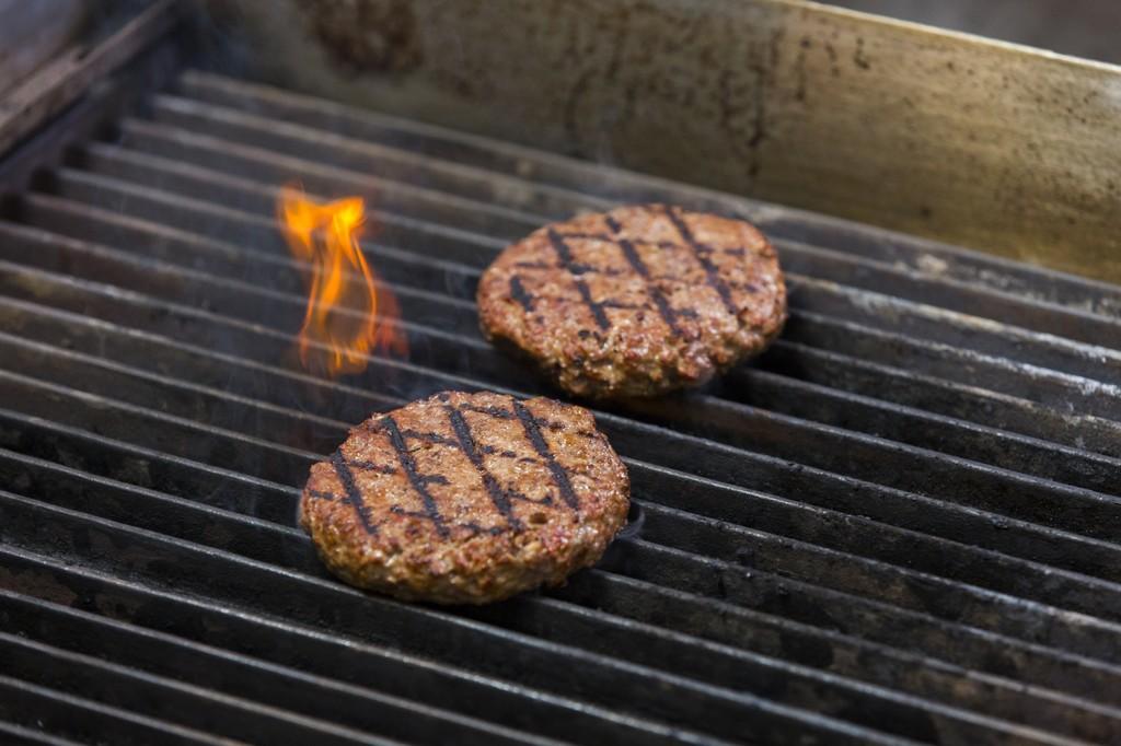 La nueva versión de la hamburguesa vegana que sangra es el invento tecnológico del año (y su creador trabaja ya en un chuletón)