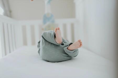 El angustioso vídeo viral que demuestra por qué no debes dejar nada en la cuna junto al bebé