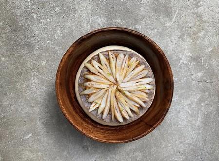 Tostada de almeja navaja con salsa macha de cacahuate.