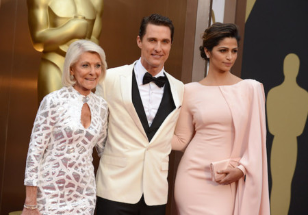 Camila Alves de la mano de Matthew McConaughey, el color nude presente en los Oscar 2014