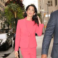 Amal Clooney convierte el bolso Baret de Carolina Herrera en el aliado de todas sus salidas