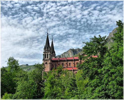 Encantos de Asturias: La cueva y la basílica  de Covadonga