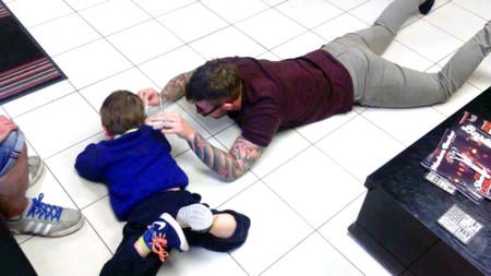 El peluquero que se tumbó en el suelo para cortar el pelo a un niño con autismo que siempre huía de él