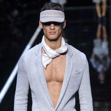 Tu traje y nada más, la camisa queda de lado en el look más fresco y atrevido que llevaremos en primavera