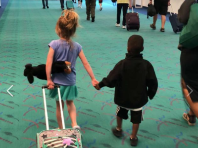 El precioso mensaje, detrás de una fotografía, que están dando dos niños tras conocerse en un avión