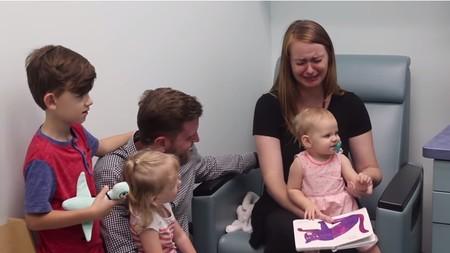 La emotiva reacción de una madre al ver que su hija sorda escucha por primera vez