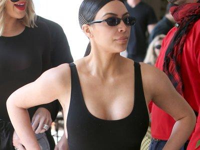 Kim Kardashian nos muestra cómo lucir un bañador baywatch, hasta en la ciudad