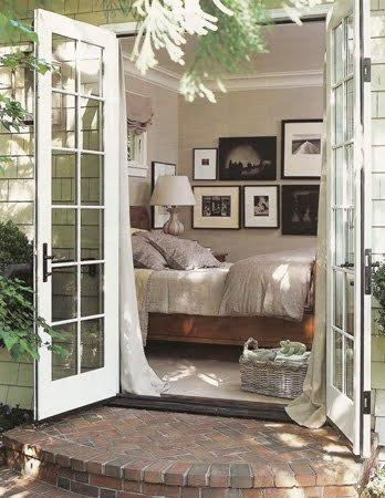 Un dormitorio con vistas a la terraza.