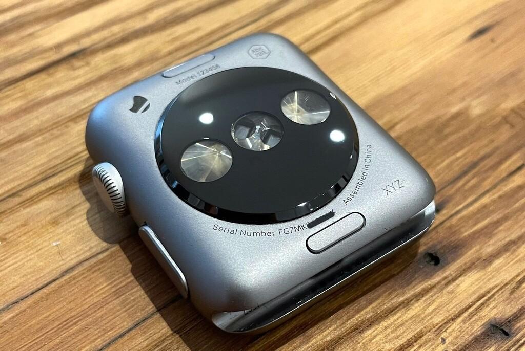 Así podrían haber sido los sensores del primer Apple Watch según unas fotos de un primer prototipo