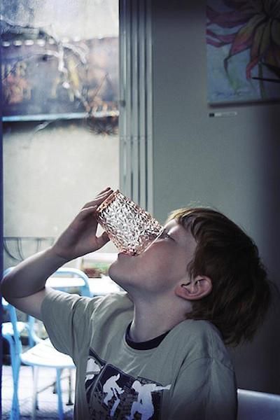 Dar a probar vino a los niños no es educarles para que beban alcohol con moderación