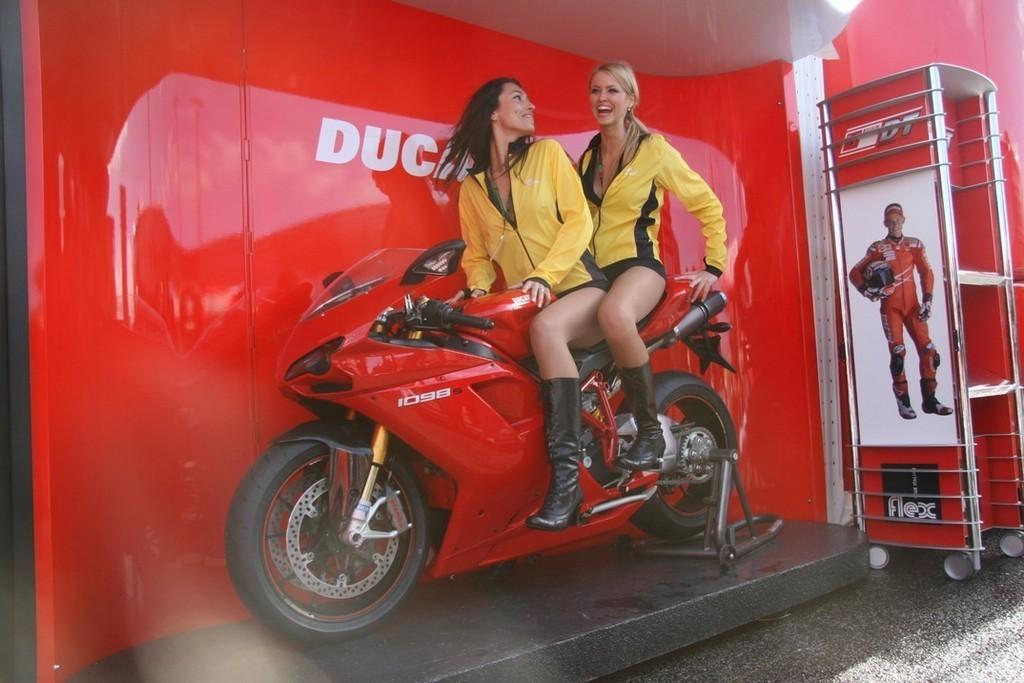 Foto de Las pit babes de Estoril en una Ducati 1098 (18/35)