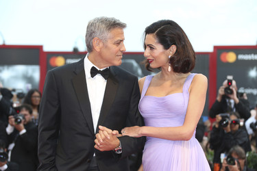Julianne Moore gana a Amal Clooney en la alfombra roja del Festival de Venecia