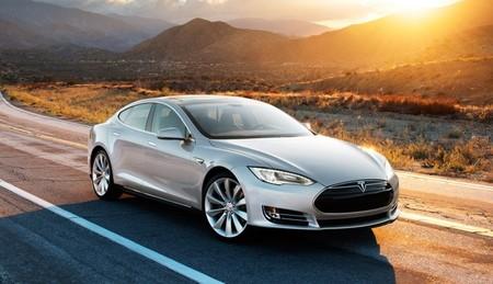 Tesla Model S gris puesta de sol