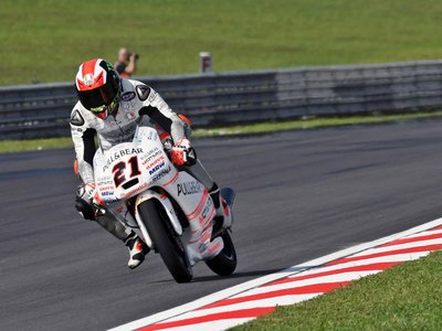 Pecco Bagnaia se impone en una carrera con más pilotos por el suelo que sobre la moto