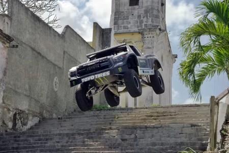 """BJ Baldwin y su Toyota de 850 CV se """"pasean"""" por Cuba, y el resultado es este espectacular vídeo lleno de humo"""