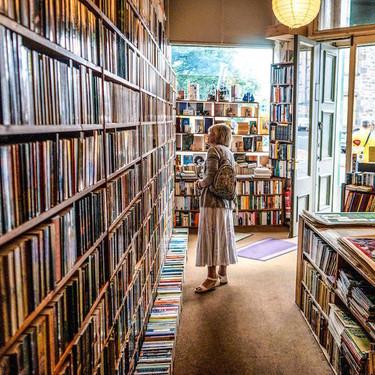 Por qué los libros escritos por mujeres cuestan menos en las tiendas y por qué no es para nada una ganga (según un estudio)