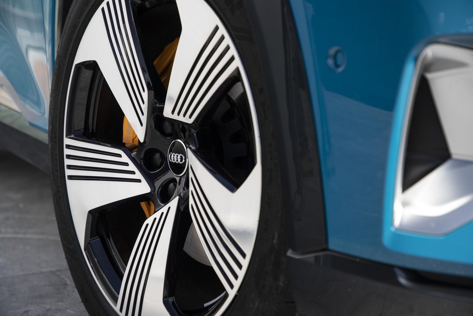Foto de Audi e-tron (57/111)
