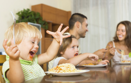 Familia Comiendo Junta 1