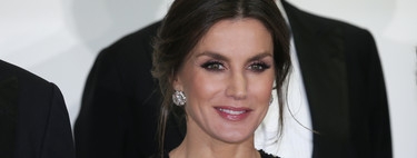 La reina Letizia nos propone el perfecto look navideño con el que brillar por todo lo alto