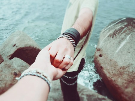 Mano de un chico y mano de una chica, agarrados