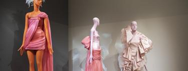 Giambattista Valli convierte su desfile de Alta Costura en una exhibición abierta al público llena de tul, volúmenes, plumas y magia