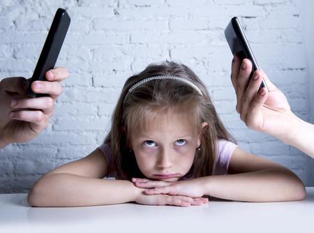 Padres que controlan los teléfonos de su hija