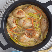 Fricasé de pollo al vermut. Receta para un pollo en salsa diferente